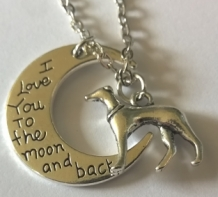 ketting met windHOND en MAAN met tekst; I love you to the moon and back