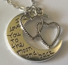 ketting met HARtjes en MAAN met tekst; I love you to the moon and back
