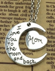 ketting met MOM/DAD/GRANDPA/GRANDMA/AUNT/UNCLE/SISTER/BROTHER/DAUGHTER/SON en MAAN met tekst; I love you to the moon and back