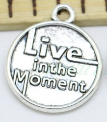 bedel met tekst: 'Live in the moment'